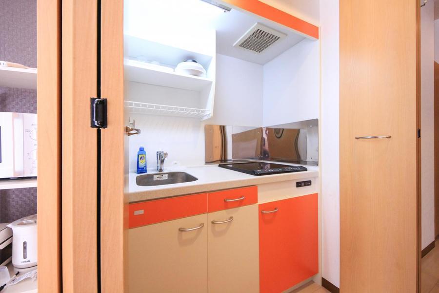 キッチンは使い勝手の良いIHタイプ。目隠し扉つきで未使用時はすっきり隠せます