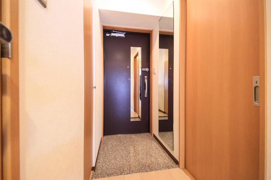 玄関には壁面とドアに姿見が設置。お出かけ前の身だしなみチェックに!