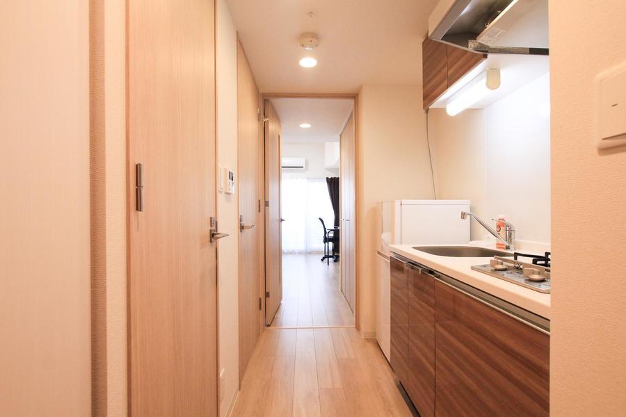室内と同じフローリング貼りの廊下。キッチン周辺も木目であたたかな雰囲気