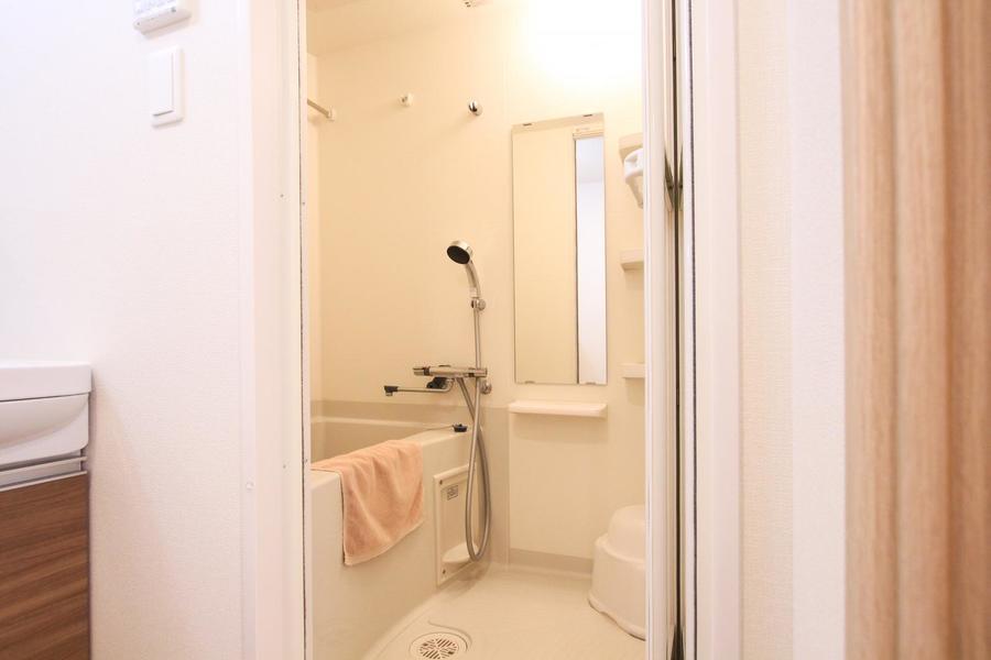 バスルームは小物が置ける棚つき。更に嬉しい浴室乾燥機能も備わっています