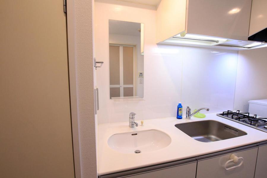 キッチン横には洗面台を設置。一続きにすることでコンパクトな印象に