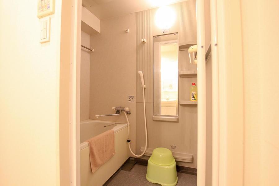 大きな鏡がポイントの浴室。洗面器などのバスグッズもご用意しています