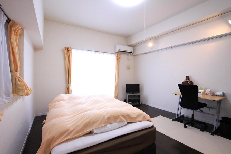 9.7帖の1Kルーム。最大のポイントはベッドを置いてもゆとりある広さです