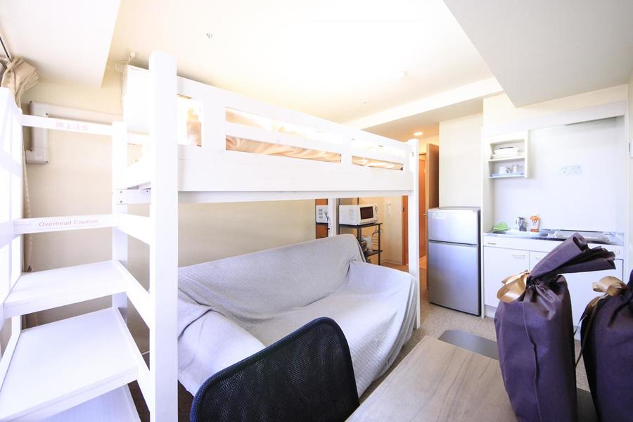 ベッドの下にはソファを設置。ロフトベッドの形を最大限活かした配置です