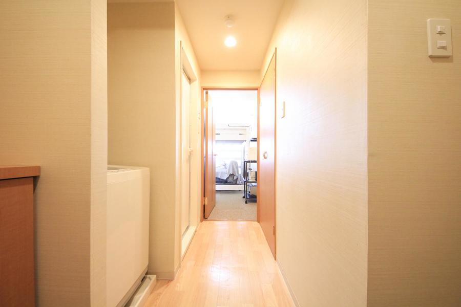 玄関周辺はあたたかな雰囲気。木目のドアがぬくもりを感じさせます