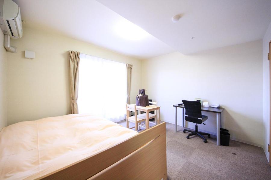 ゆったり過ごせるダブルサイズのベッドを採用した1Kタイプのお部屋