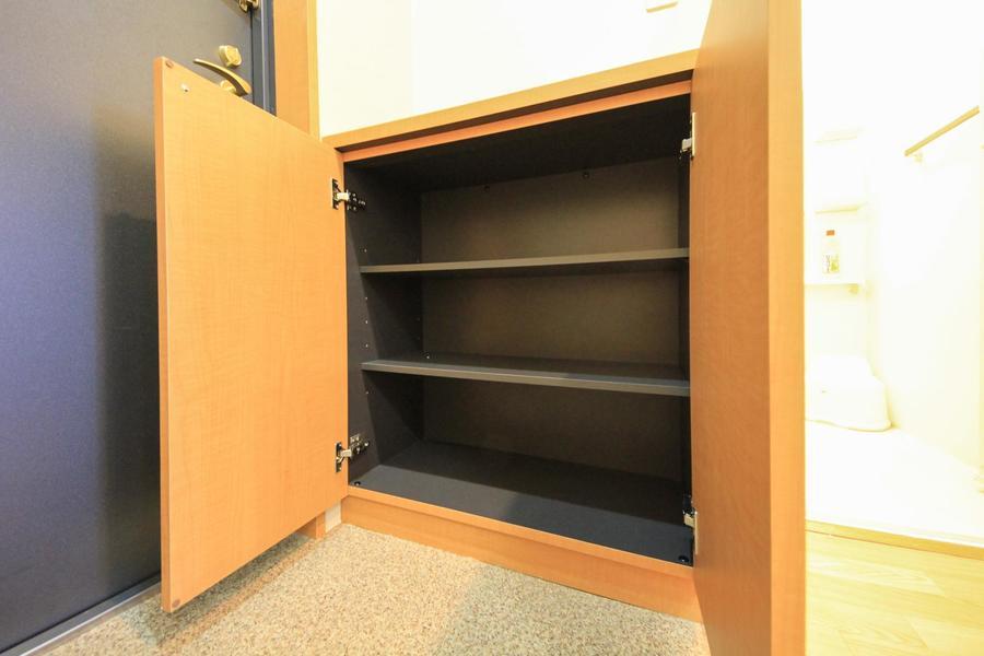 シューズボックスはコンパクトタイプ。靴や荷物の収納に!