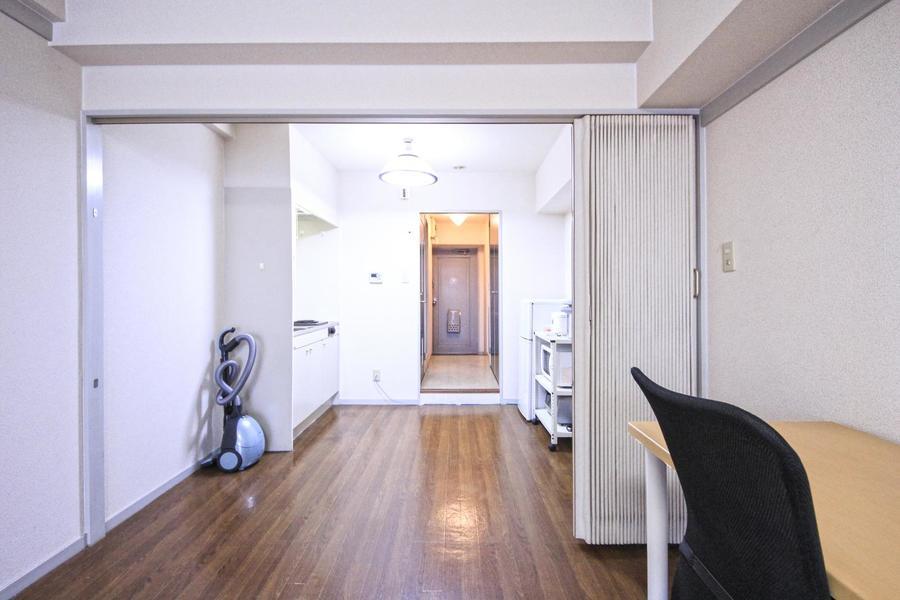 キッチンとお部屋の間にはアコーディオンカーテンを設置。目隠しに最適です