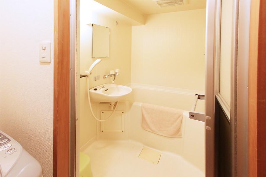清潔感あるバスルームにはバスマットなどもご用意しております