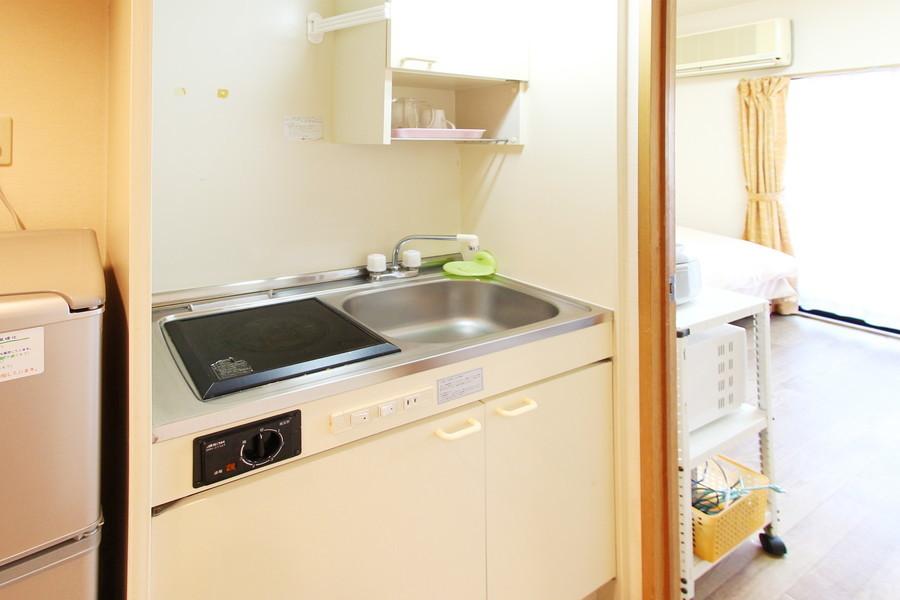 使い勝手の良いコンパクトキッチン。吊り棚や収納も充実