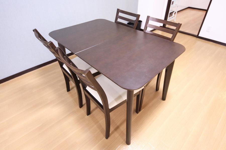 ダイニングテーブルはゆったり使える4人がけ。家族の団らんの一時に!