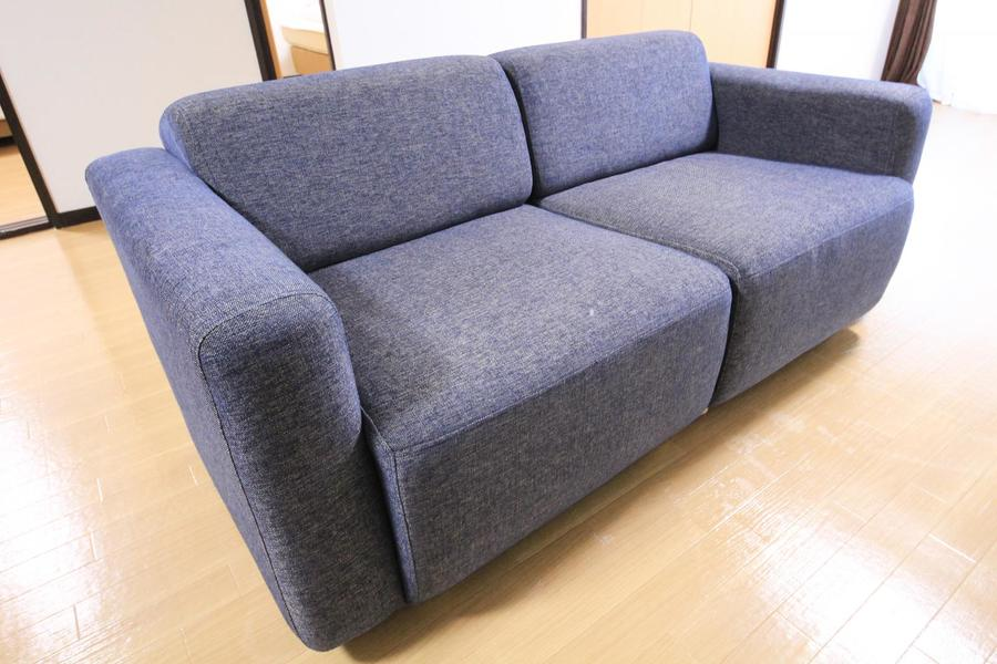 手足を伸ばしてくつろげるソファ。広さがあるのでお昼寝にも最適です