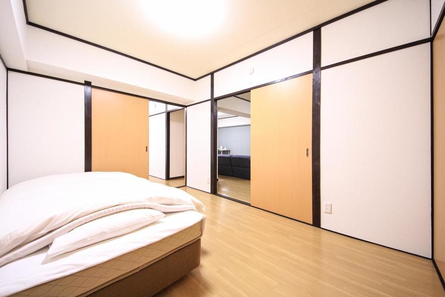 リビング横には洋室が2室。どちらのお部屋にもベッドをご用意しています