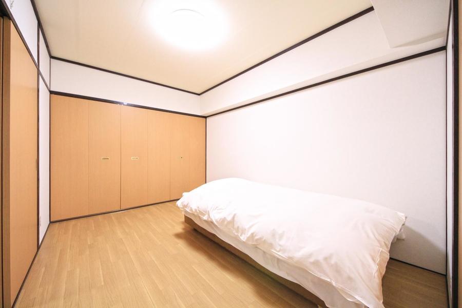 お部屋はシンプルながら、フローリングの木目がぬくもりを感じさせます