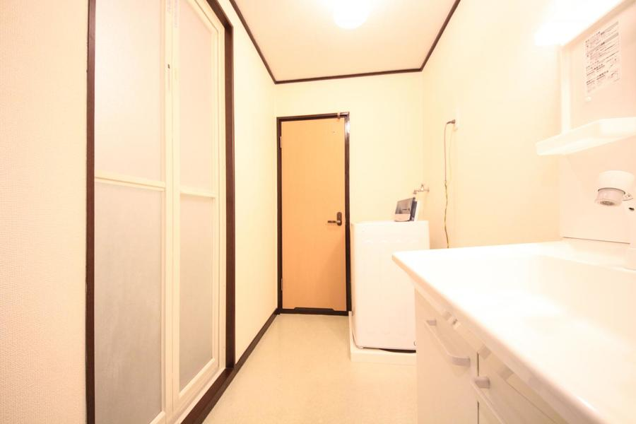 洗面所には玄関横からアクセス可能。清潔感あふれる空間です