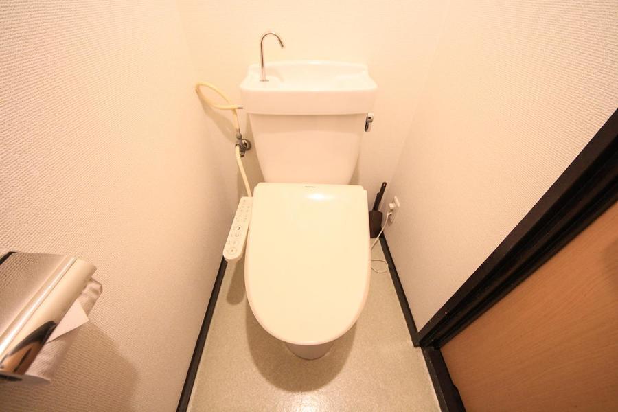 お手洗いはセパレートタイプ。人気のシャワートイレ設置です