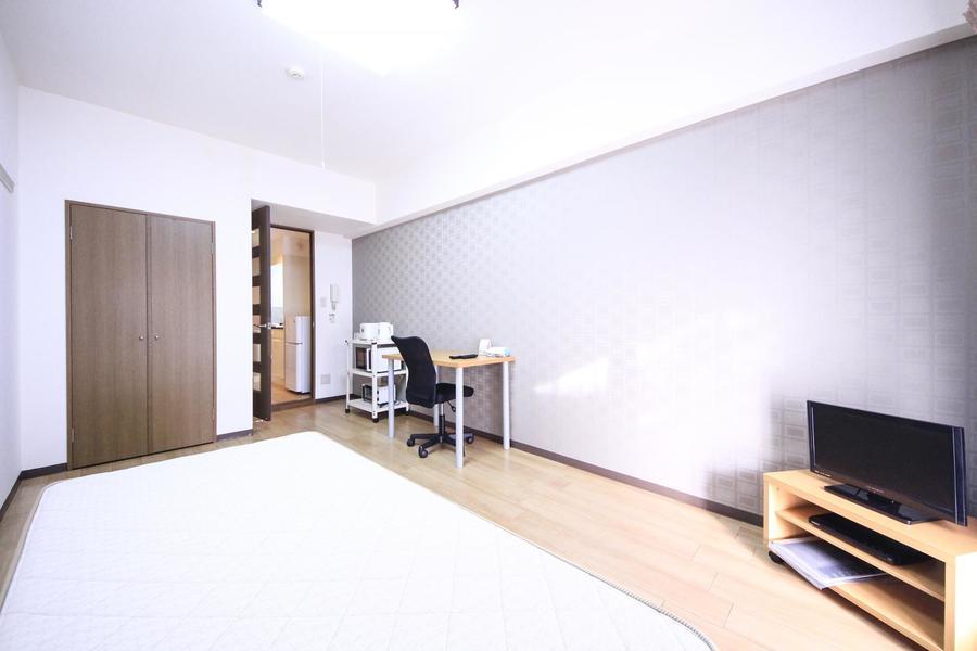 フローリングのシンプルなお部屋。年齢性別問わず快適にお過ごしいただけます