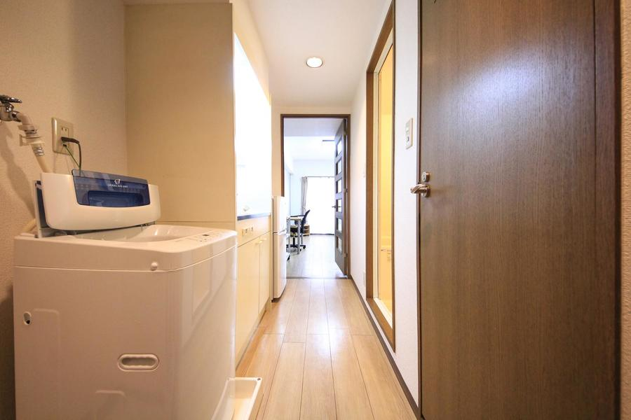 お部屋と同じ色合いの廊下。お部屋の間には仕切り扉があり便利です