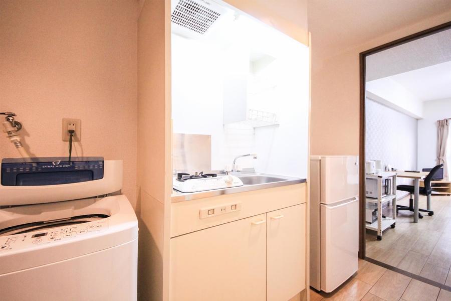 コンパクトキッチンは広めのシンクが特徴。コンロはガスタイプです