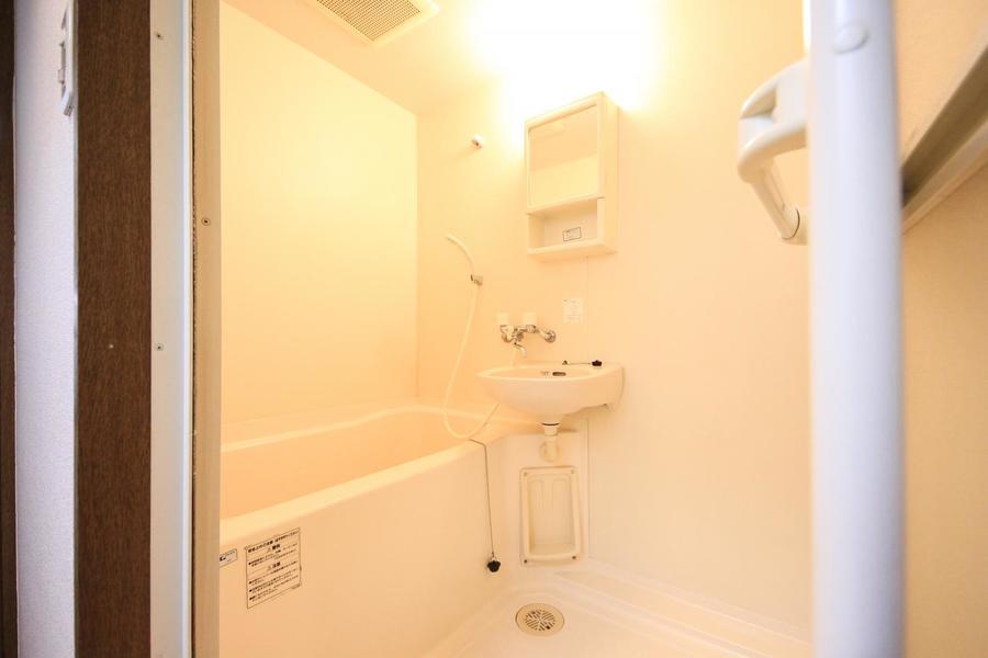 毎日使うバスルームは清潔感たっぷり。収納棚も設置されています