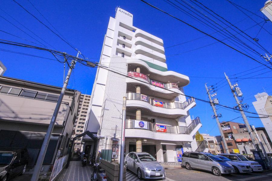 周囲ではひときわ目立つ9階建て。白い外観も相まって印象的です