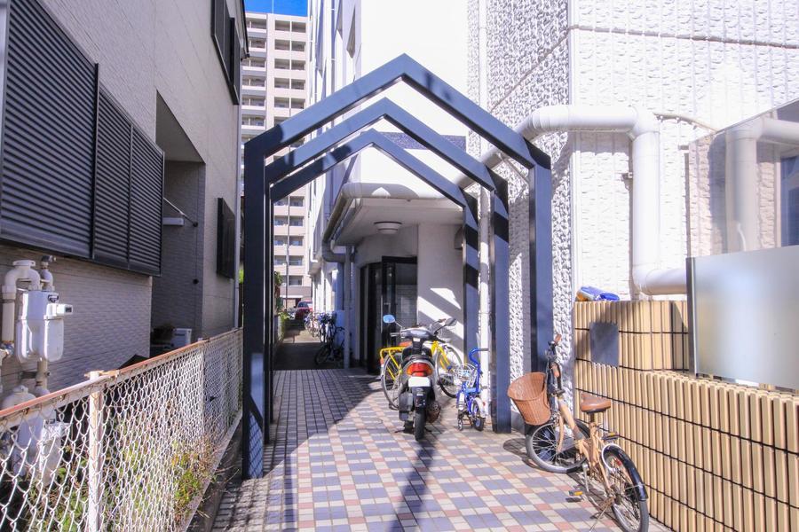エントランスアーチは屋根型。シンプルかつアーティスティックな雰囲気