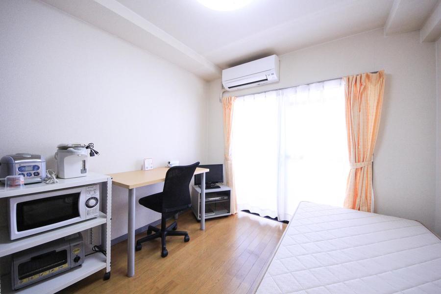 お部屋は5帖とコンパクト。ベッド、テレビなど生活必需品完備です