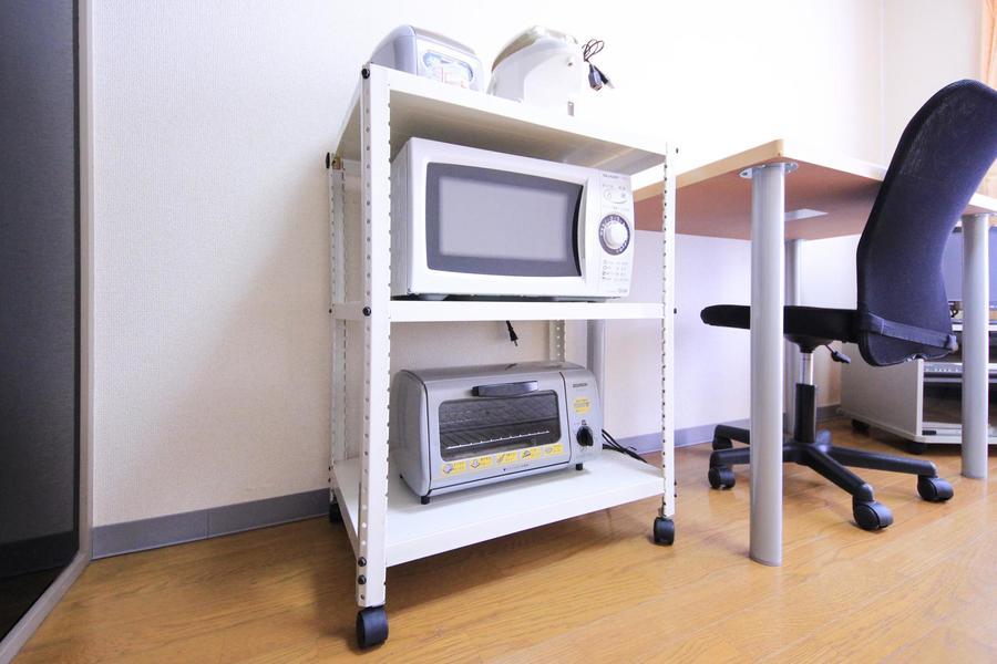 電子レンジなどの生活家電は使いやすいようキッチンラックにまとめています