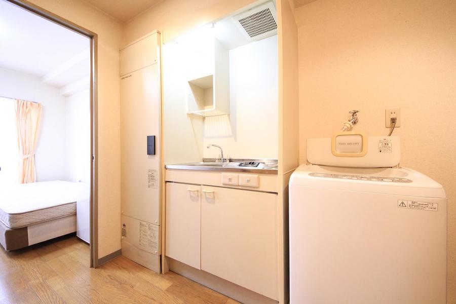 キッチンはコンパクトな1口コンロ。収納に便利な吊り棚つきです