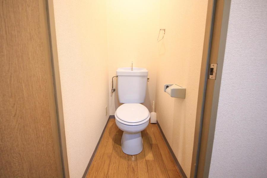 フローリングの木目が穏やかな雰囲気のトイレ。セパレート式で安心です