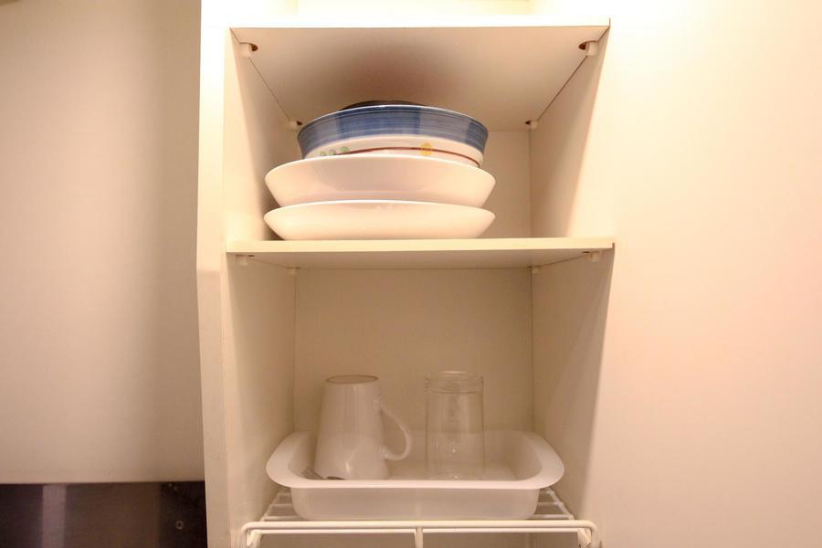 シンク上部には吊り棚。食器類ももちろんご用意しています!