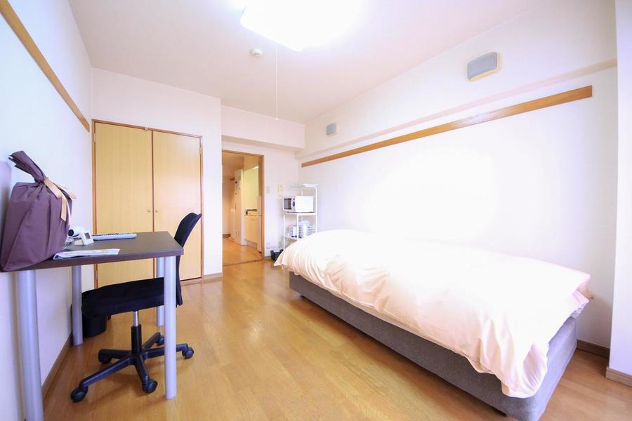 比較的広めの8帖ルーム。床面もしっかり見えゆとりを感じさせるお部屋です