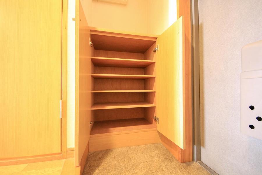 シューズボックスは小型ですがしっかり収納。天板部は小物置き場としても