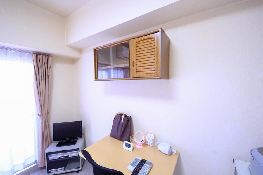 このお部屋最大の特徴は、各所に設置された作り棚。他では見ない設備です