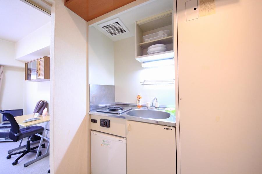 キッチンはコンパクトなサイズ。食器を置ける吊り棚つきです