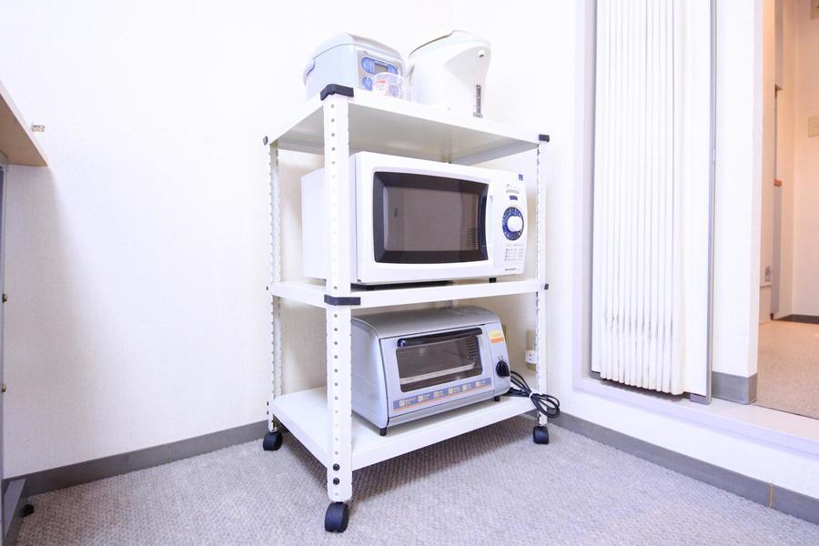 電子レンジや電気ポットなど、キッチン家電類はワゴンラックに集約しています