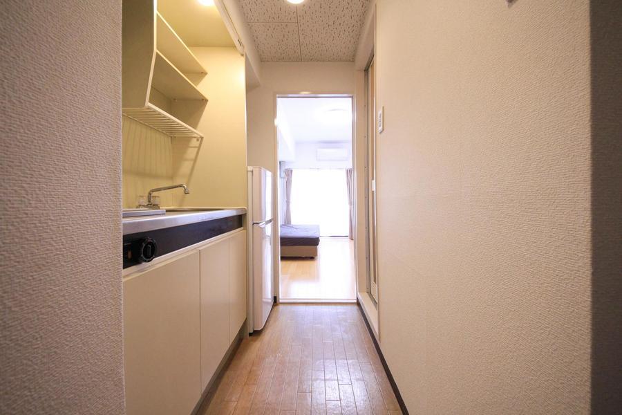 廊下周辺はお部屋と同じ白い壁紙で統一感が漂います