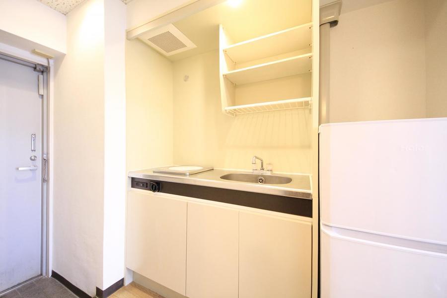 キッチンはコンパクトながら吊り棚などの収納も充実! IHコンロ搭載です