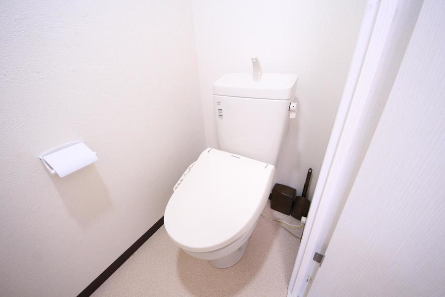 お手洗いはシャワートイレタイプ。こちらも人気の設備です
