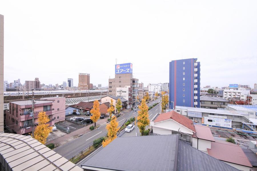 周囲は住宅が多く、夜間も安心。お部屋によっては新幹線も見えます