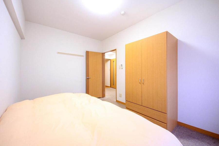 シンプルなつくりのお部屋は年齢性別問わずゆったりお過ごしいただけます