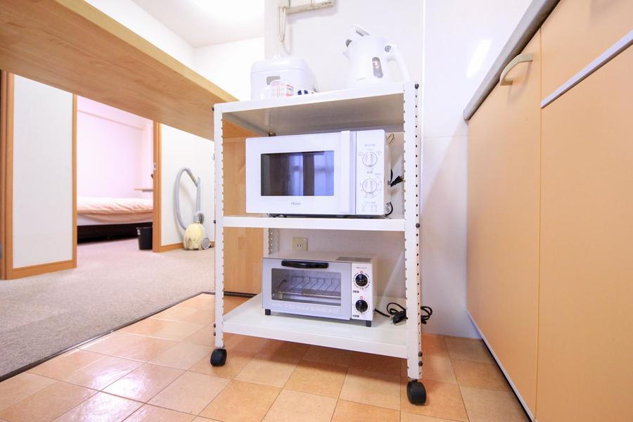 キッチン家電類は使いやすく一箇所に。ワゴンタイプなので移動もできます