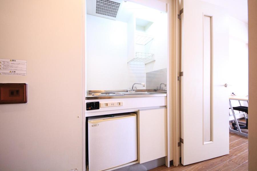 キッチンはコンパクトサイズ。コンロは電気コンロタイプです