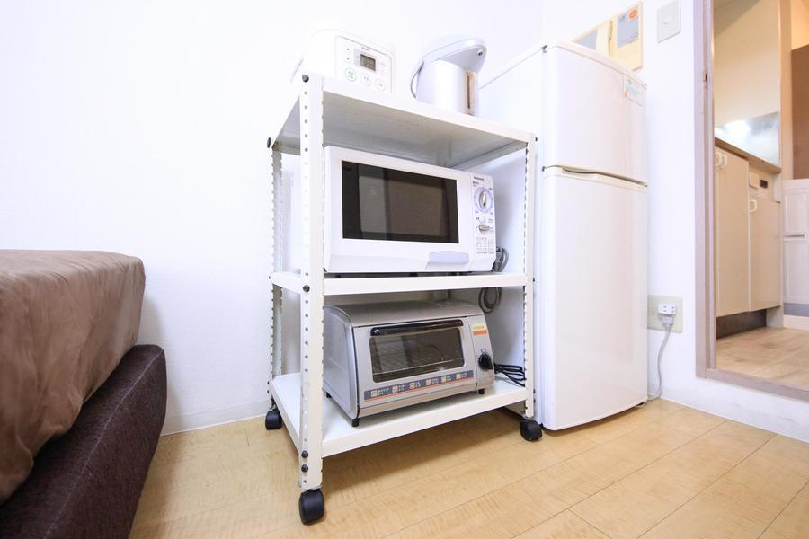 冷蔵庫や電子レンジなど、キッチン家電類もご用意。ワゴン式で移動も可能です