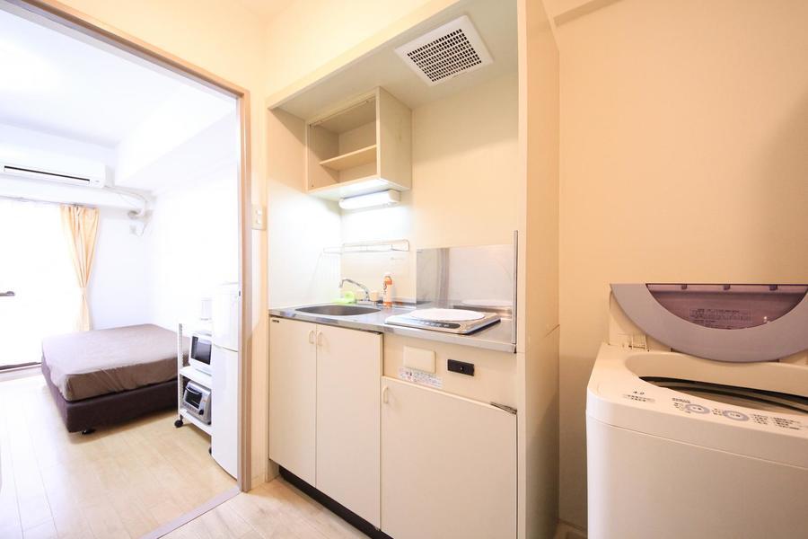 コンパクトなキッチンはIHコンロタイプ。作業スペースも確保されています