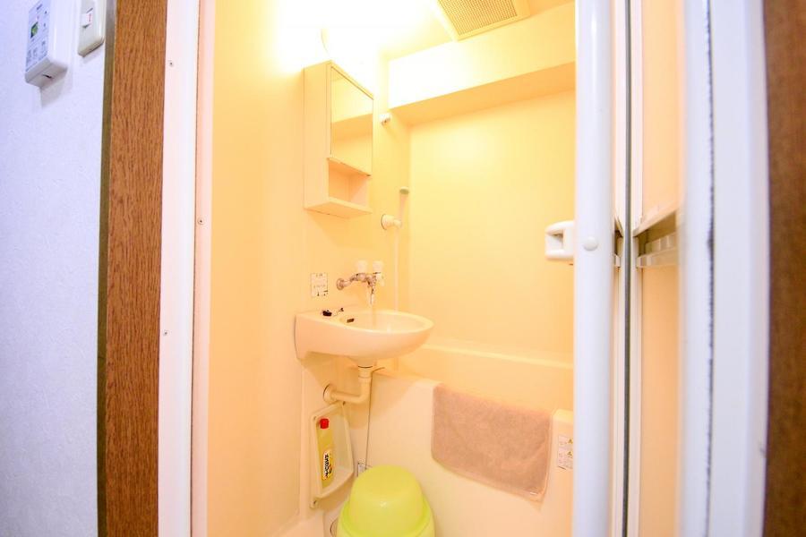 鏡付きの収納棚がポイントのバスルーム。至福のバスタイムをお過ごしください