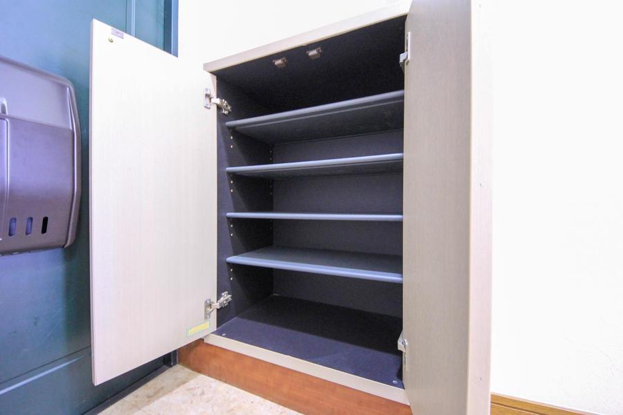 シューズボックスは小型ながら容量たっぷり。天面は小物置きとしても