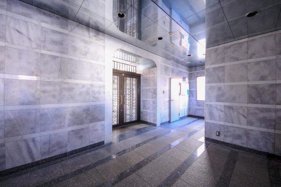 大理石調の石を配したエントランスホールは、どこか厳かな雰囲気も漂います