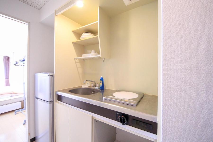 キッチンはコンパクトながら作業スペース、物置スペースもしっかり確保