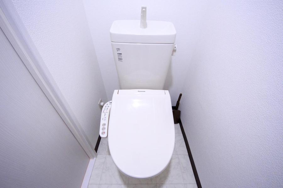 お手洗いは白を基調としたシンプルな空間。シャワートイレ対応です